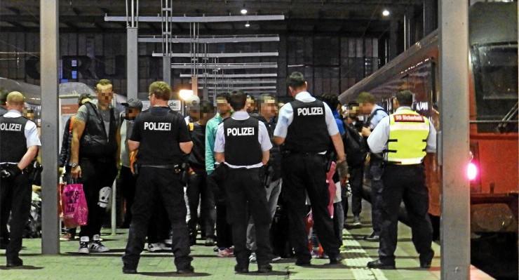 Polizei empfängt Flüchtlinge am Münchner Bahnhof (15.09.2015). Foto: wikiolo CC BY-SA 4.0